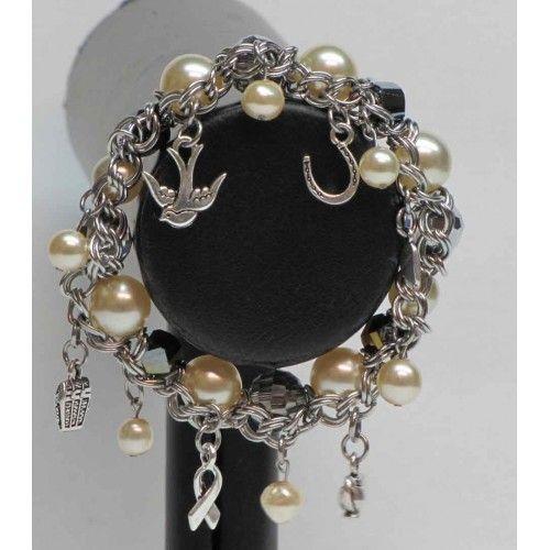 Bracelet élastique composé de perles de verre, de breloques de couleur argent et de chaîne en inox (acier inoxydable).