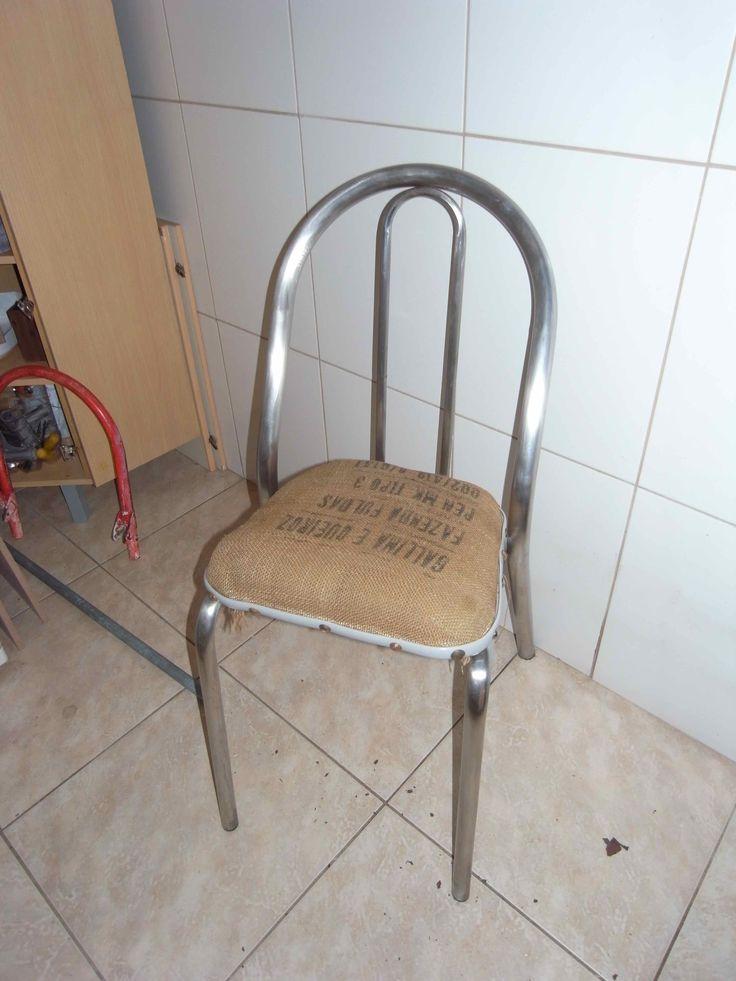 Completamente reaproveitada. A parte de metal estava levemente enferrujada e amassada. O assento é com saco de juta, espuma desinfetada e recuperada.