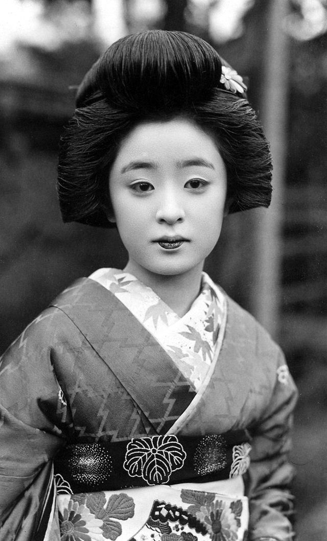 Shimada Hairstyle: The Lovely Traditional Hairdo of Japanese Women