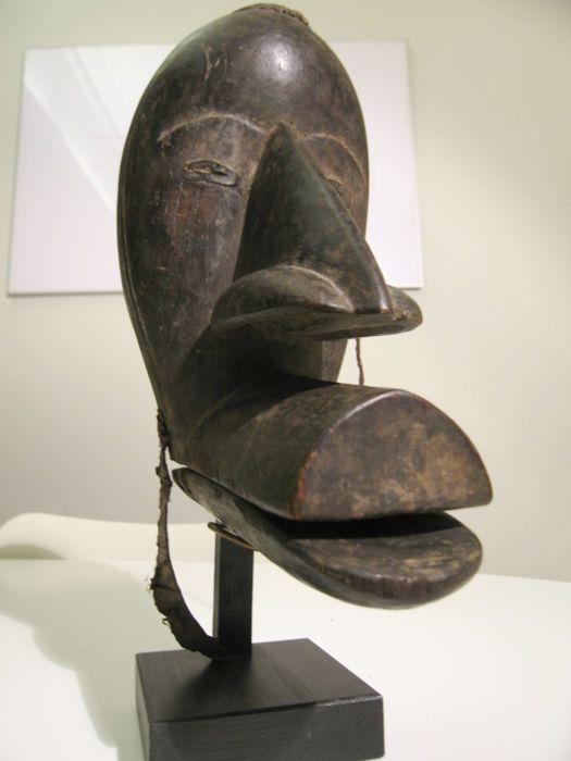 """Gägon masker - DAN - Ivoorkust  """"Gägon"""" (vogel masker) met masker een gelede snavel.In twee delen met sporen van de stof gebruikt voor de fixatie.De ogen zijn gemarkeerd met metaal. Het was oorspronkelijk in een gouden kleur.Hoogte: 26 cm.Breedte: 15/16 cm.Gewicht: 659 gram ( stand 257 gram).Herkomst: Wolfgang Jaenicke. Verzending met track en trace gegarandeerd en/of het item kan ter plaatse afgehaald worden.  EUR 62.00  Meer informatie"""
