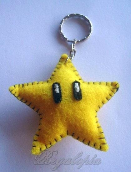 Felt keyring Star //  Estrella Super Mario Bros Regalopia, €4.00  http://www.ebay.es/sch/i.html?_odkw=&_osacat=1249&_armrs=1&_ssn=regalopia&_trksid=p2045573.m570.l1313&_nkw=&_sacat=0&_from=R40  http://es.etsy.com/listing/126097069/felt-keyring-star-estrella-super-mario