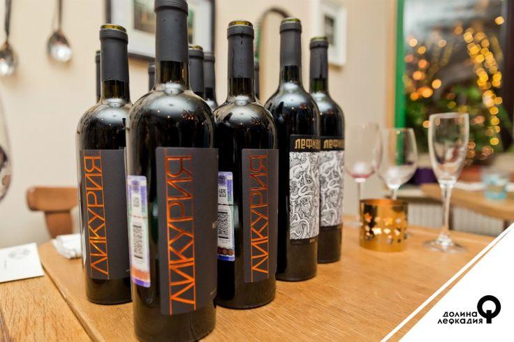 Температура подачи вина — важный фактор, который может как усилить удовольствие от напитка, так и испортить его. Лефкадия советует пробовать свои сухие красные вина при температуре от +14 до +16⁰С. Это касается красных вин «Ликурия Резерв», «Ликурия», «Лефкадия» и «Лефкадия Резерв». Более яркие и благородные вина из «Коллекции Холостяка» уже могут себе позволить температуру до +18°C. А вот белые сухие «Лефкадия», «Лефкадия Резерв», «Ликурия» и «Ликурия Резерв» лучше подать при температуре от…