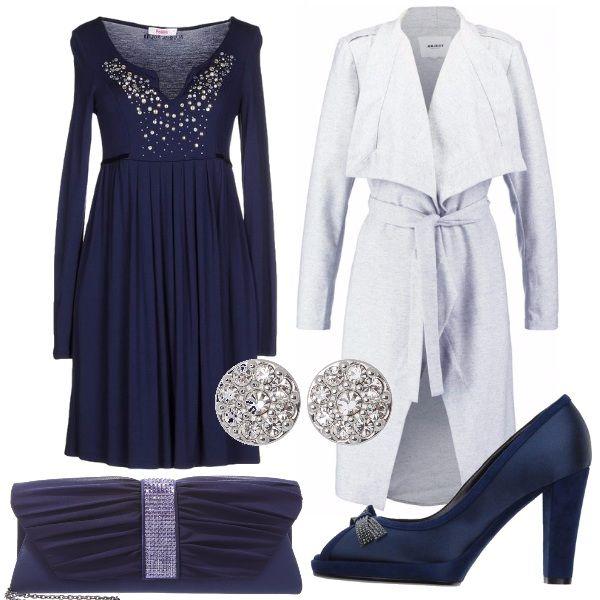 Per questo outfit: vestito blu manica lunga con corpetto decorato e gonna a pieghe, cappotto grigio chiaro con cintura in vita, décolleté blu con fiocco con strass, pochette blu con strass e orecchini brillanti.