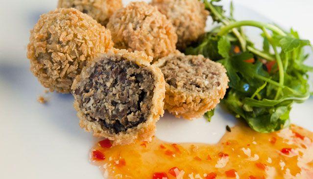 L'haggis è il piatto tipico scozzese basato sulle parti meno nobili della carne di agnello cotte con una vasta varietà di spezie. Il piatto si presenta mol