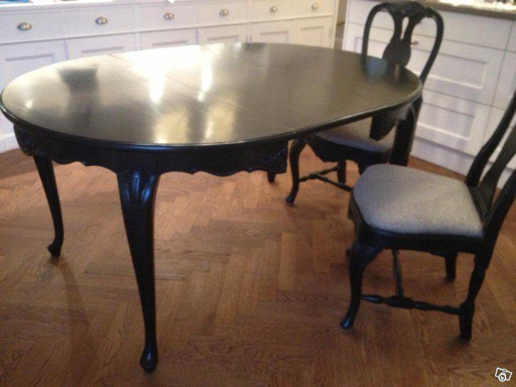 Svart, handmålade möbler. Stolar med sits i fint klässbolstyg.
