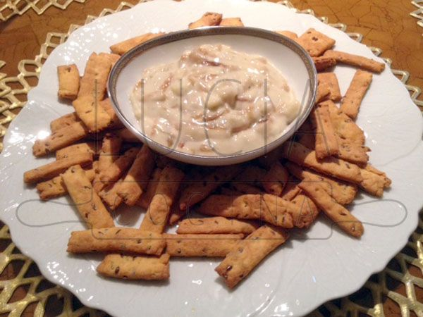 Dip de queso azul y cebolla caramelizada con Galletas crackers de sésamo y comino caseras http://luciacocinabogota.blogspot.com/2014/06/evento-comida-celebracion-familiar.html