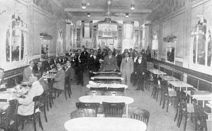 """1915 - """"Café Guarany"""" -  Por volta de 1890, na rua XV de Novembro n. 52 existia uma casa de chope conhecida como """"A Bodega"""". Em 1899 seus proprietários, Antônio Silveira Faria e Severo Alonso Domingues, reformaram o imóvel, modernizaram  e reabriram o estabelecimento com o nome de """"Café  Guarany"""", tendo como prato principal sopa e filet de tartaruga. Funcionou até a segunda metade da década de 1930."""
