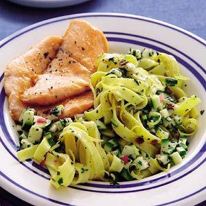 Recept - Tagliatelle met citroen-kruidenolie en gebakken zalm - Allerhande