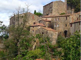 Rocchette di Fazio è un piccolo borgo in #Maremma famoso per la presenza di simboli templari #maremmans