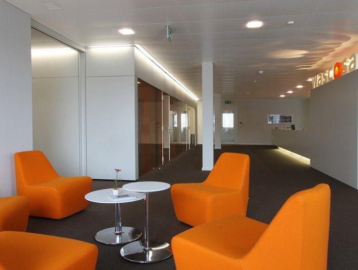 Wit, zwart en oranje stoelen....