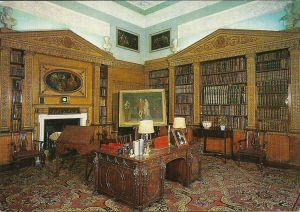 Nostell Priory nabij Wakefeld (Yorkshire). Ook deze bibliotheek werd ontworpen door Robert Adam in 1766. Bevat Chippendale kasten en meubilair. (National Trust)