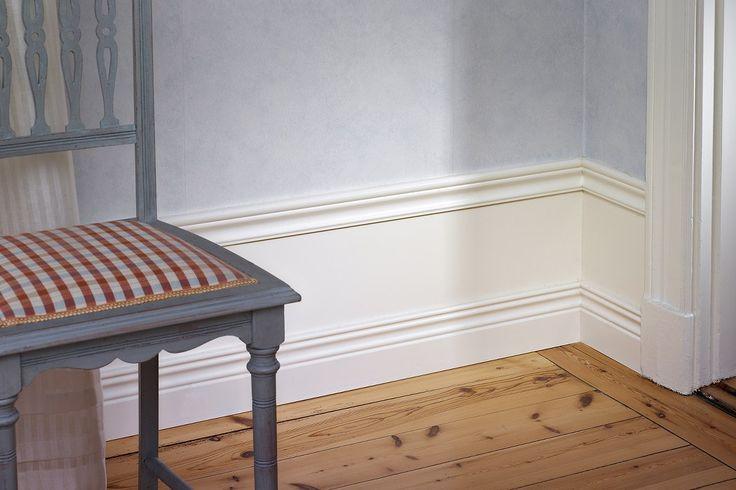 Vår breda golvsockel Royal Antique ger rummet det där lilla extra med sitt galanta uttryck. Ta fram linjerna från förr och anpassa dem till ditt eget hem. Mellanskivan kan anpassas för lägre höjd.