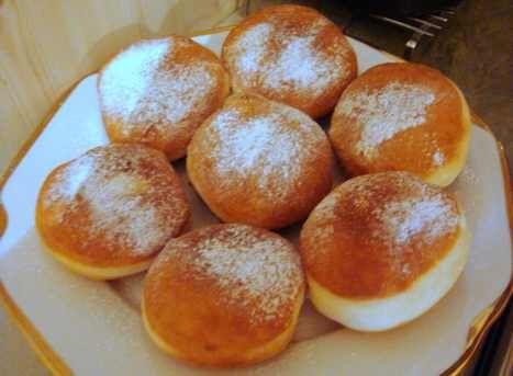 Ma sütöttem egy nagy tállal, tegnap pedig az óvodába vittem, nagyon ízlett a gyerekeknek :-) Hozzávalók 38 dkg liszt 4 dkg élesztő 5 tojássárgája, 7 dkg vaj 8-9 evőkanál tej 1 evőkanál cukor 2 evőkanál rum negyed citrom reszelt héja...