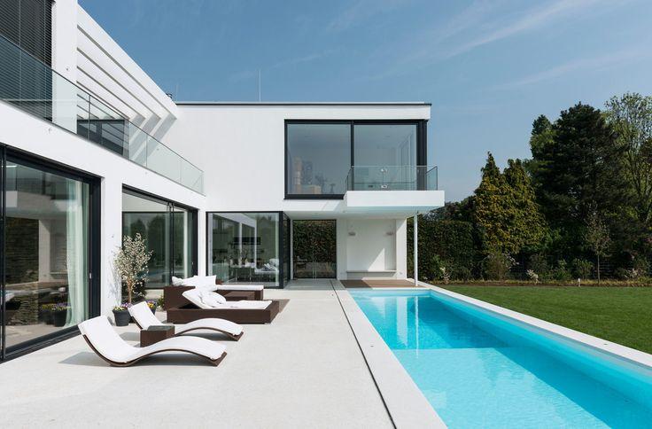 moderne villa mit verrücktem balkon, Gartenarbeit ideen