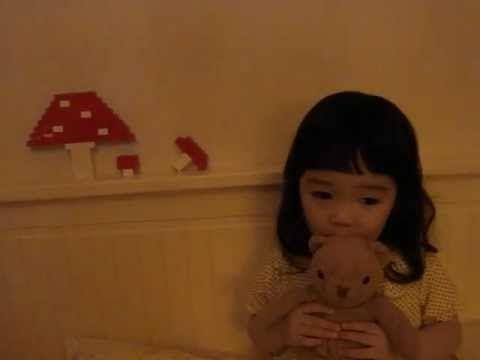 おやすみ、クマちゃん  Urocza japońska dziewczynka śpiewa tytułową piosenkę o Misiu Uszatku w swoim rodzinnym języku. Wzruszające!