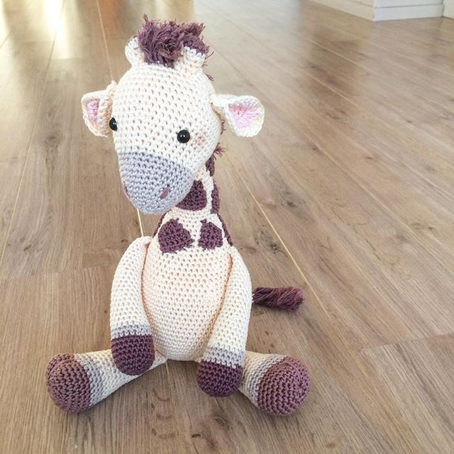 Babynieuws! Girafje Romy is geboren 🙈💛 #crochet #crochetaddict #amigurumi #yarn #haken #handwerk #crochetersofinstagram #handmade #virka #crafts #crafting #häkeln #heelhollandhaakt #hakeniship #hiphaken #hekle #virka #virkat #hakeln #uncinetto #yarnporn #örgü #croché #tejer #hipmetdraad