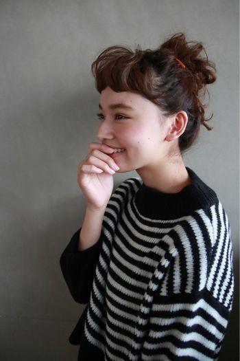 髪の毛をあらかじめくるくるに巻いて留めるだけ! パーマヘアの方にもおススメです。
