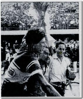"""Después de 17 etapas por los caminos de Colombia, en donde se escribió otra grandiosa página del ciclismo nacional, Javier """"el Ñato"""" Suárez, de Antioquia (Suramericana de Seguros), llega a la meta final en el estadio El Campín de Bogotá, rompiendo la racha de Cochise quien había sido campeón en 1963 y 1964, hazaña que repetiría en 1966 y 1967. ¿Quién después del gran """"Jet de América"""", quien capaz de ser la única piedra en el zapato del tetracampeón de la vuelta?, sólo El Ñato Suarez, un…"""