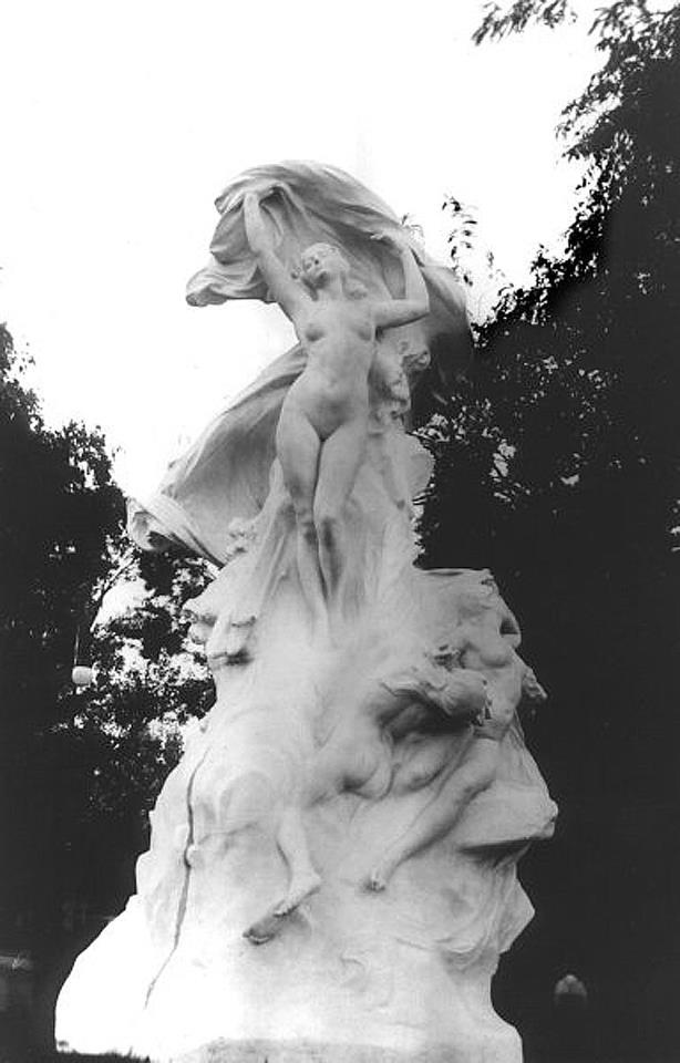 La Aurora ubicada en el Parque Centenario es una escultura de Emile Peynot donada a la Argentina con motivo del centenario de la Revolución de Mayo.