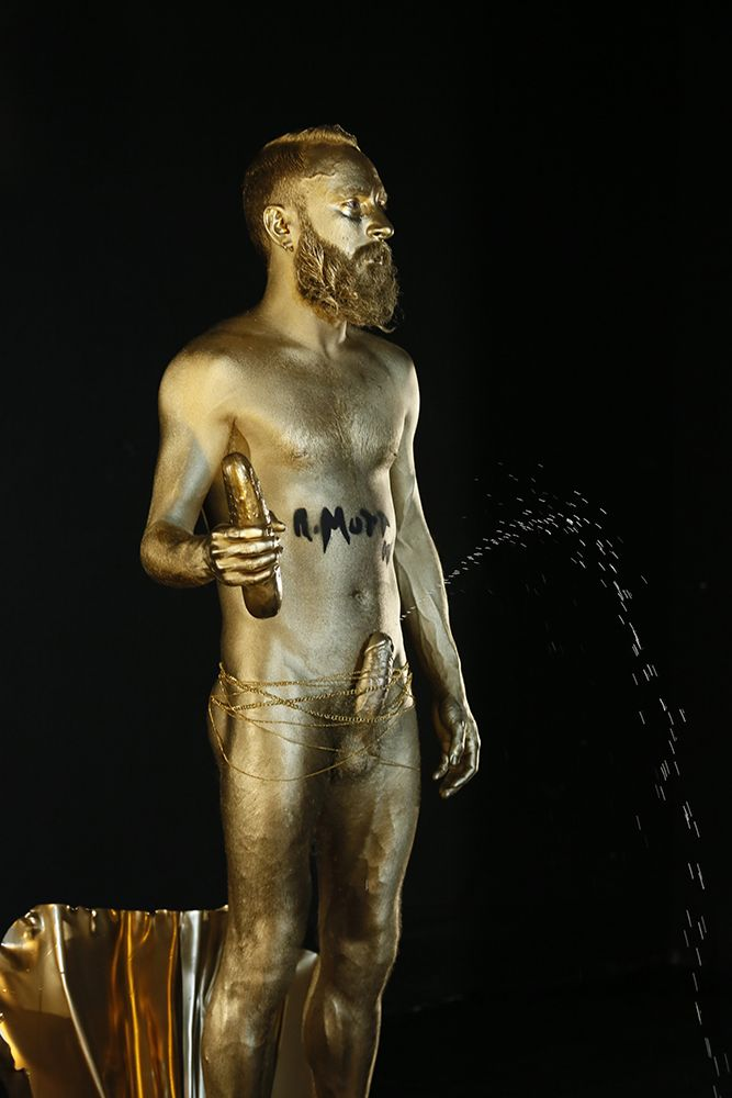 Te vas a perder GOLDEN FOUNTAIN en directo? Esta noche en @Oopsbarcelona  #duchamp #fountain #performanceart #conceptualart #contemporaryart #MiguelAndres #visualarts #art