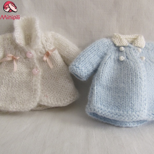 http://minipiliminiaturas.com/   |   Winter Coats Abrigos de Invierno #miniaturas #Miniatures #dollhouses: Miniatures Knits, Knits Miniatures, Dollhouses Needlework, Dollhouses Patterns, Dollhouses Baby, Miniatura Bebe, Miniatures Dollhouses, Miniatura Miniatures, Miniatures Crochet Dresses