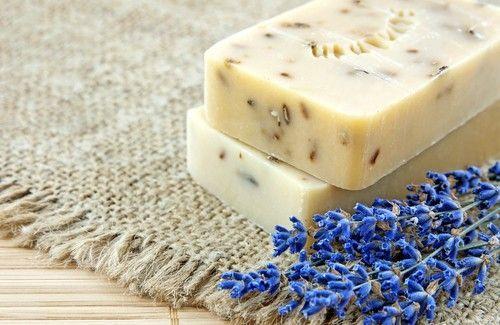 Vous aimez l'odeur de la lavande ? Nous vous proposons aujourd'hui de réaliser votre propre savon naturel à la lavande !