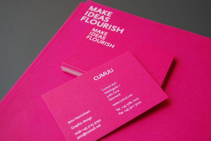 Farven pink kendetegner os og stikker frem på få, men udvalgte steder. Fx vores visitkort.