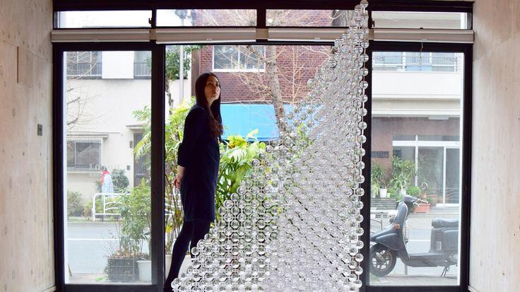 沖津雄司による東京のギャラリー、ミツメで披露された差し込む光を浮き彫りにするインスタレーション「highlight」