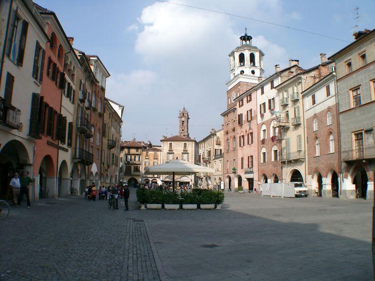 Piemonte, Provincia di Cuneo, Savigliano, piazza Santorre di Santa Rosa #Piemonte #Italy_Travel #piazzeditalia #provinciadicuneo #visitpiemonte #piemonteturismo #medioevo