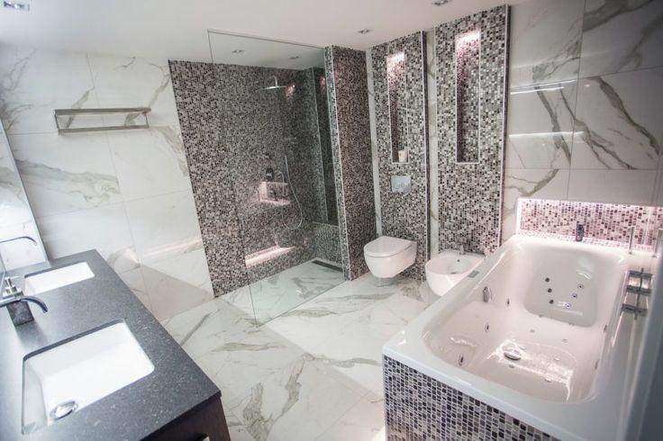 Italiaanse badkamer met glasmozaïek