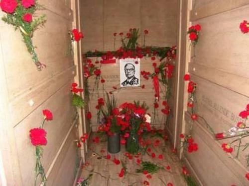 Salvador Allende  (1908 - 1973) : Médico y político socialista chileno.  Fue presidente de Chile entre 1970 y 1973. No alcanzó a completar su período, que se extendía hasta 1976, debido al Golpe de Estado de 1973 que lo derrocó y resultó en la implantación del Régimen Militar en Chile.   Su muerte ocurrió durante el asalto al Palacio de la Moneda, en el que se suicidó.  Si bien hay versiones q