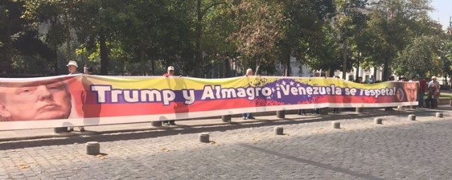 Chile. Extendiendo un lienzo de 30 metros afuera del Ministerio de RREE de Chile, el senador de País Alejandro Navarro junto a Camilo Sánchez