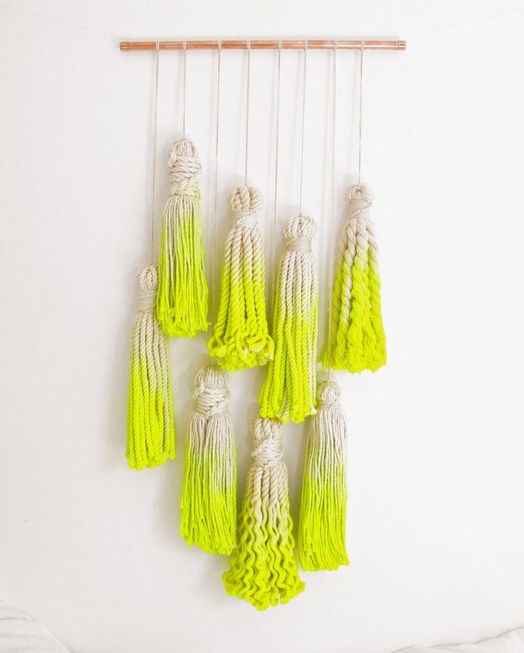 Mega borlas de cuerda teñida.