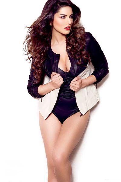 Sunny Leone jelent szexi fehér bikini