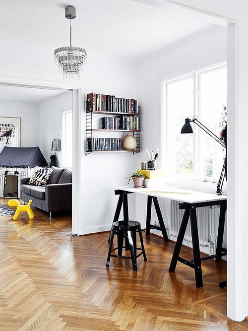 Mesa com tampo branco e cavaletes em preto