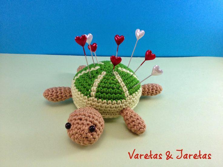 Alfiletero Tortuga en Crochet Amigurumi - Patrón Gratis en Español aquí: http://varetasyjaretas.blogspot.com.es/2014/10/patron-gratis-tortuga-en-crochet.html