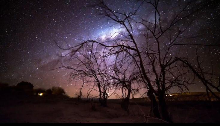 """Nicholas  Buer è un """"astro-fotografo"""" che per il suo ultimo lavoro ha scelto di  passare 12 giorni nel deserto di Atacama, nel Nord del Cile, in alta  quota, dove l'aria  secca è senza nuvole e dove non vi è inquinamento luminoso. Qui i suoi  scatti, con esposizioni mo"""