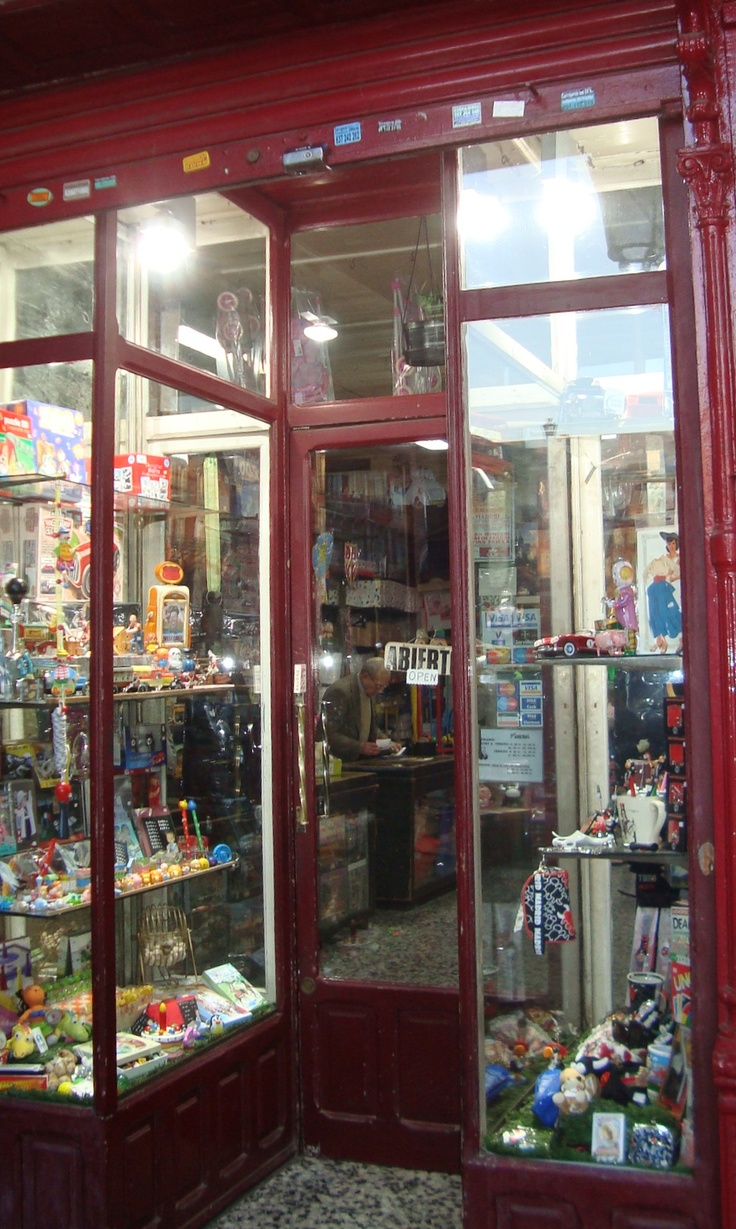 memories of european toyshops...this one happens to be in plaza mayor in madrid....