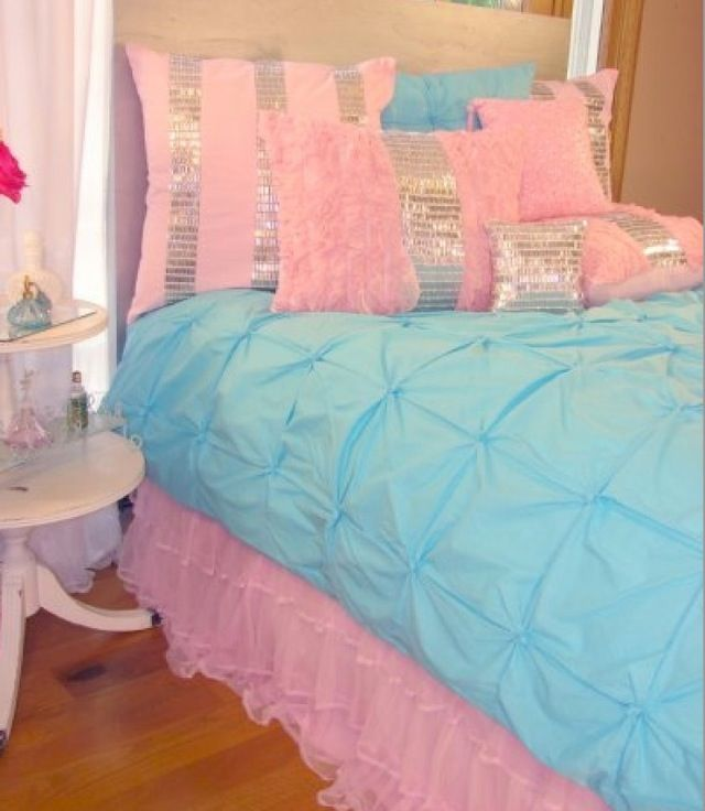 Blue pink bed pillows Would love this room for my ...