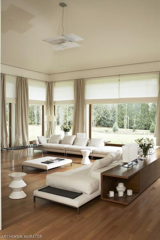 okna + zasłony, sofa, przestrzeń, podłoga