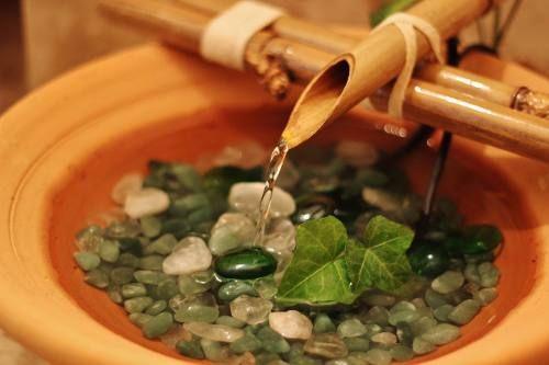 fonte de água de bambu