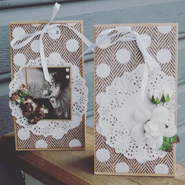 Lag flotte gaveposer i vintage-stil med papirposer fra Rayher som er godkjent for spiselige ting 😊 Sjekk ut vår nettside www.hobbykunst-norge.no #hobbykunst #hobbykunstnorge #gavepose #kreativglede #vertinnegave #vintagestyle #scrapbooking #wrappinggifts #doilies #paperflowers #mathiablomster