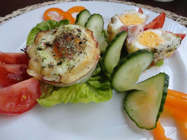 Zvířátkový den - vymazanou formu na muffiny vyložit slaninou, nastrouhaným sýrem a do každé rozklepnout jedno vejce, péct v troubě asi 15 minut