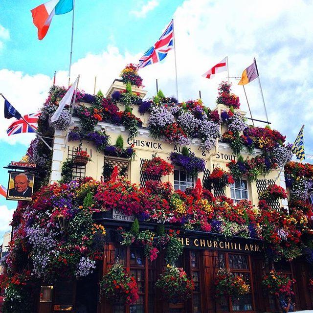 Idée pour 2016 : venir au pub le plus floral du monde, The Churchill Arms, dans le quartier chic de Kensington à Londres. Merci/Thanks to @thebelleabroad pour la photo! (#repost) #lovegreatbritain #OMGB