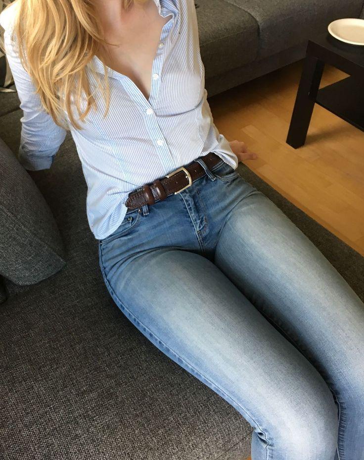 Ноги в обтягивающих джинсах имеет