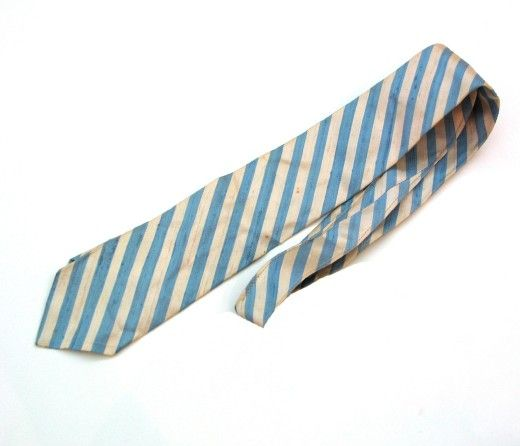 Ein wichtiger Bestandteil des formalen Looks des Präsidenten waren seine stets seidenen Krawatten. Bevorzugt gestreift,  wie dieses Model von Bergdorf Goodman Mitte der 1950er-Jahre.