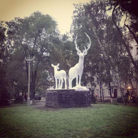 В Новокузнецке вернули на место историческую скульптуру оленей.
