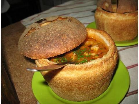 ciorba de fasole cu ciolan afumat si tarhon , servita in paine de casa. cu salata de ceapa rosie:)