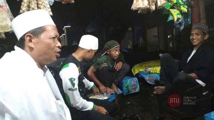 Peserta Aksi Jalan Kaki dari Ciamis Telah Tiba di Bandung  KIBLAT.NET Bandung  Ratusan peserta aksi jalan kaki dari Ciamis pada Rabu (30/11) dini hari telah masuk di wilayah Bandung lapor Islamic News Agency (INA).  Rombongan yang terdiri dari para santri pelajar akttivis Islam guru ngaji yang dikawal ulama dan habaib tiba di Rest Area Kampung Nagreg Jl.Raya Nagreg KM 34 Nagrog Cicalengka Bandung Jawa Barat pada pukul 23.00 dini hari. Mereka beristirahat setelah berjalan selama 17 jam.  Kami…