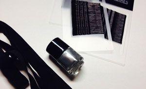 ketting benodigdheden haarspeldjes nagellak en lint